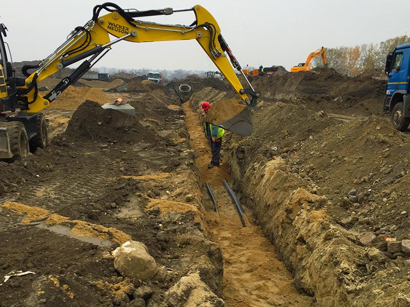 Közműépítés olajfogó és átmenőcső telepítése